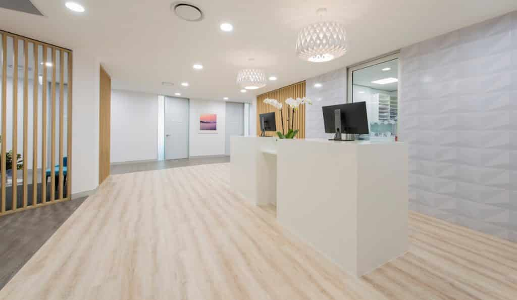 Medical clinic with a neural and coastal design scheme